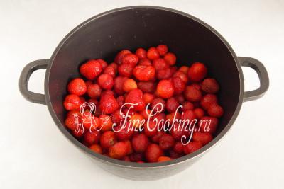 Удаляем плодоножки и складываем чистые ягоды в подходящую по объему посуду